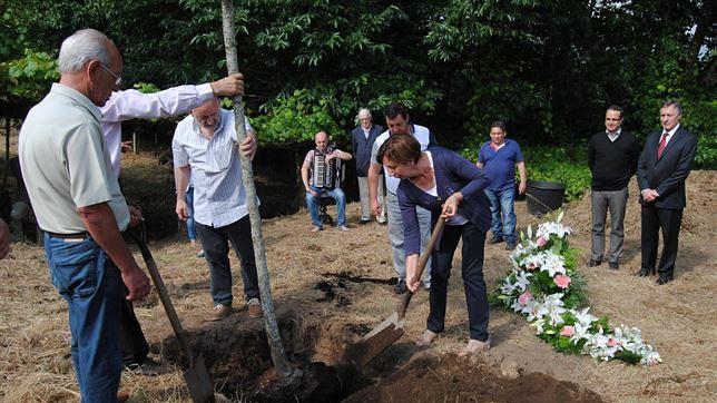 Plantación del primer árbol como acto simbólico el pasado 24 de julio