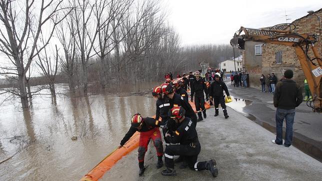 Militares de la UME instalando con urgencia barreras de contención para proteger cascos urbanos