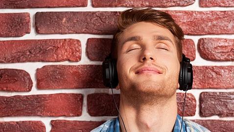Unos 1.100 millones de jóvenes en riesgo de perder audición por escuchar música alta con auriculares