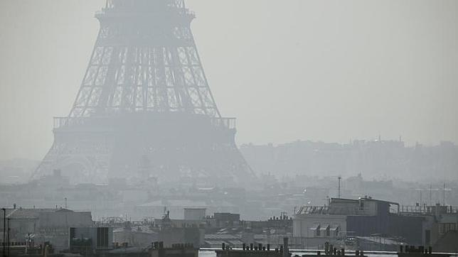 Imagen de la torre Eiffel envuelta en la contaminación en marzo de 2014