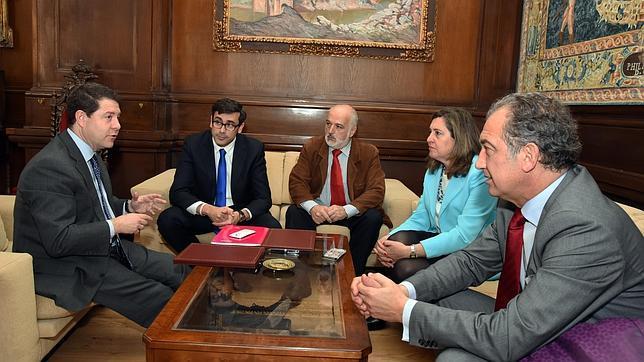 El alcalde firmó el convenic con el director del Área Social y Cultural de la Fundación Soliss, Eduardo Sánchez Butragueño y el escultor Julio Martín de Vidales