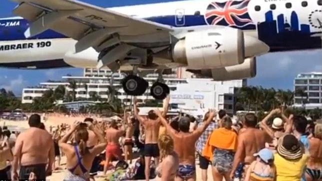 El increíble aterrizaje de un avión al que los turistas casi tocan las ruedas