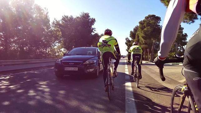 La Guardia Civil podría vigilar camuflada los adelantamientos a ciclistas.