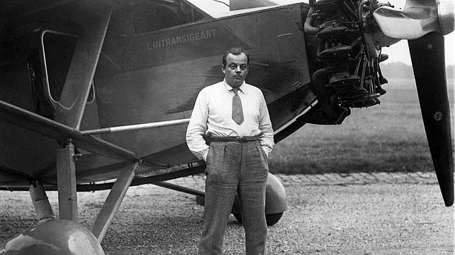 Antoine Saint-Exupéry junto a su avión. «El intransigente»