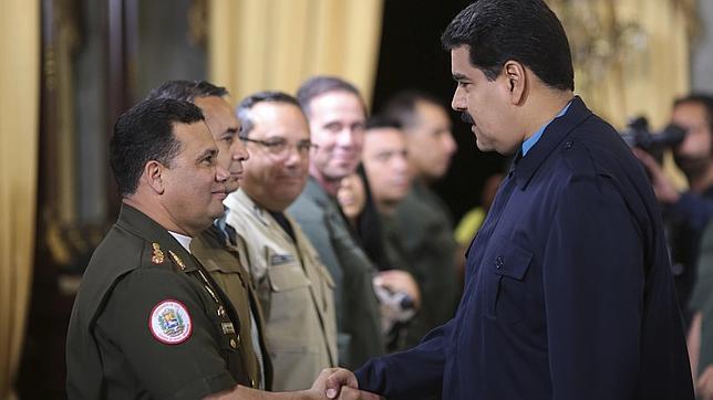 Maduro saluda a Gustavo Gonzalez, uno de los sancionados por Obama