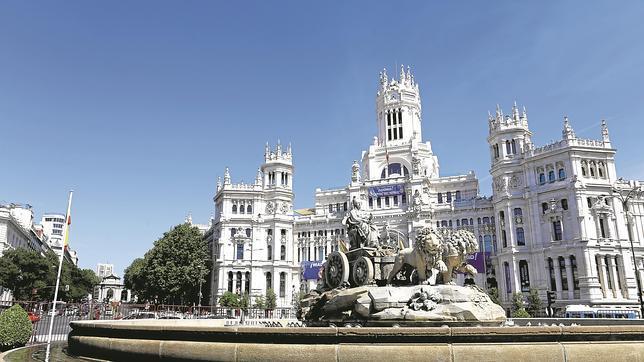 El Palacio de Cibeles, sede del Ayuntamiento, detrás de la fuente homónima.
