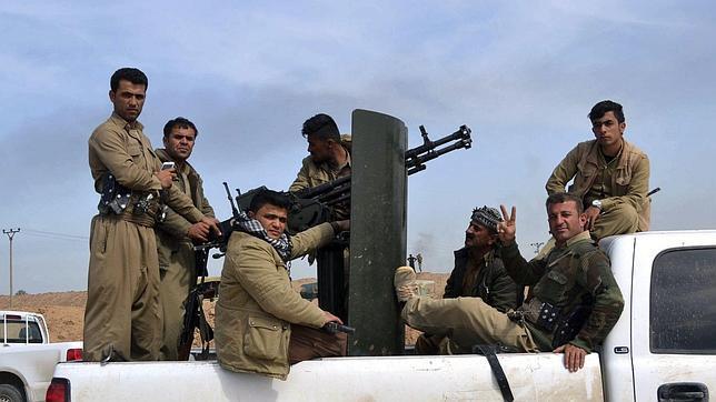 Soldados de las fuerzas kurdas luchan contra el grupo yihadistas Estado Islámico