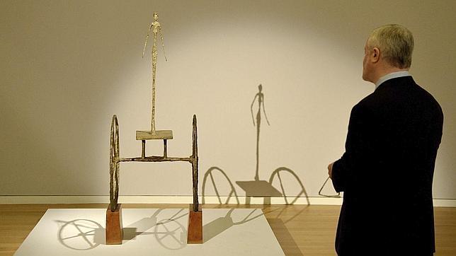 Un hombre admira «Chariot», de Giacometti, vendido en 2014 en Sotheby's Nueva York por 101 millones de dólares. ABC