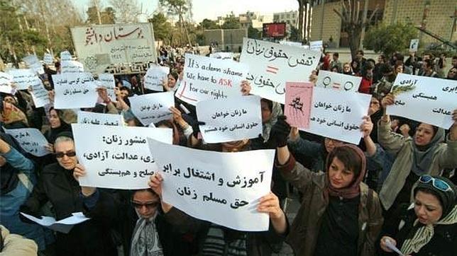 Mujeres protestando por sus derechos en Irán