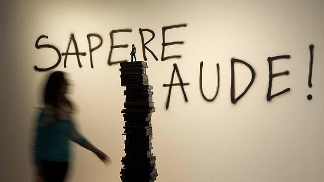 Una mujer pasa ante las obras «Sapere Aude» y «El arconte» de Avelino Sala