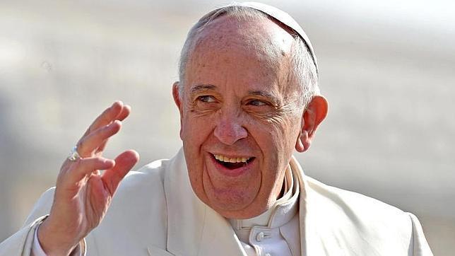 El Papa Francisco saluda durante la audiencia general de este miércoles