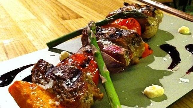 Brocheta marinada de ibérico y verduras de temporada