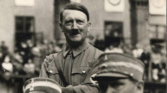 [Historia] Descubren que Hitler bombardeó sus propias ciudades para hacer «prácticas de tiro» Hitler--644x362