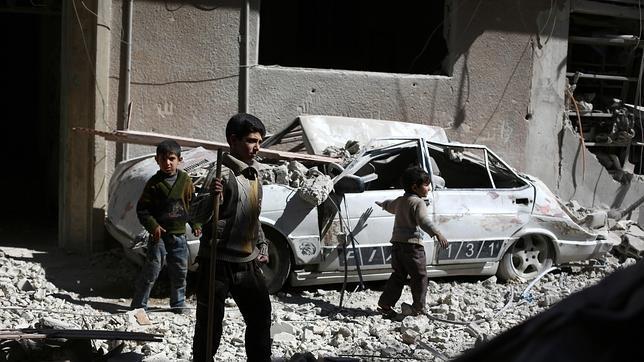 Niños sirios juegan entre escombros en Damasco