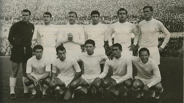 Antonio Betancort, de oscuro, en la plantilla del Real Madrid de la temporada 64-65