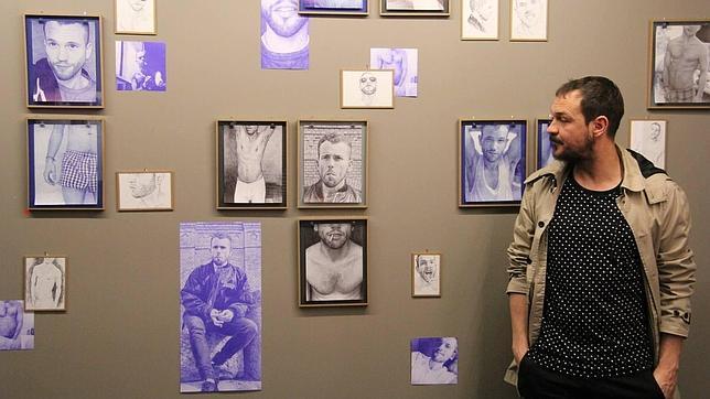 Javi Al Cuadrado delante del montaje de «#Unknown», en La New Gallery