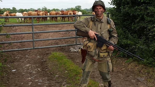 Miembro del grupo de recreación en una de las posiciones tomadas por la 101ª en Normandía