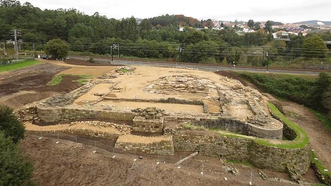 Cimientos excavados del castillo de Rocha Forte en Santiago