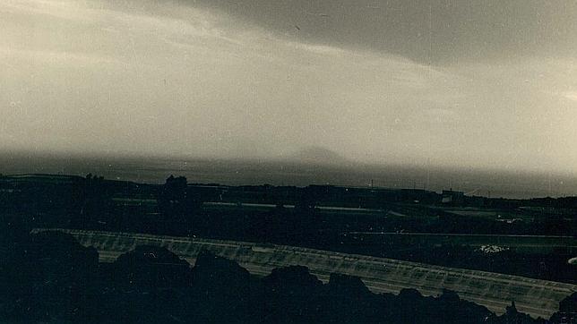 La silueta de la isla de San Borondón, en el horizonte, fotografiada en 1958 por M. Rodríguez Quintero