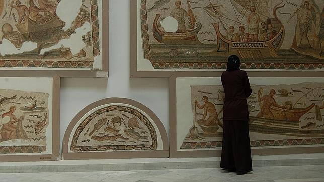 Una mujer árabe en una de las salas del museo del Bardo, en Túnez