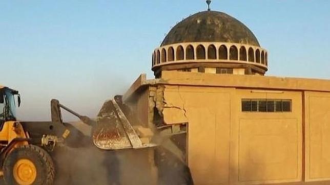 Fotografía de archivo que muestra la destrucción por parte del Estado Islámico de un templo religioso el pasado mes de julio
