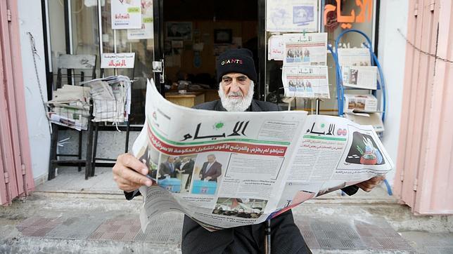 Un palestino, en la Franja de Gaza, lee en el periódico la victoria de Netanyahu en las elecciones de Israel