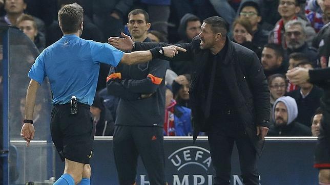Diego Simeone protesta una jugada al árbitro del partido