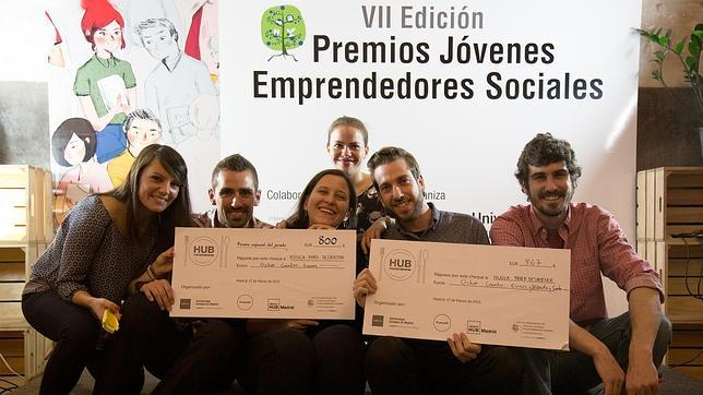 El grupo de emprendedores sociales, junto al proyecto ganador, durante el evento HUB Micro(me)cenas