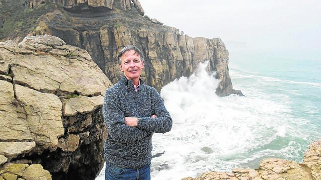 El doctor Obeso en la playa de Los Locos, Suances