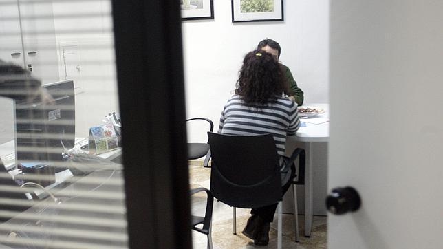 Una mujer durante una sesión de mediación familiar