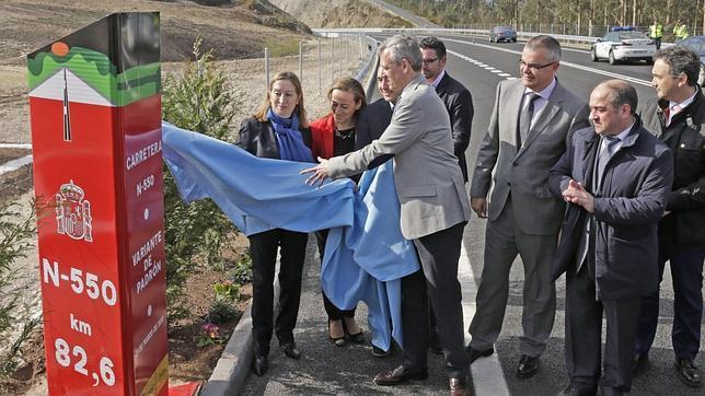 La ministra de Fomento, Ana Pastor, junto a otros representantes políticos gallegos