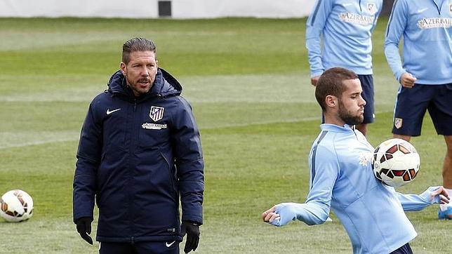 Simeone observa a Mario Suárez en un entrenamiento del Atlético