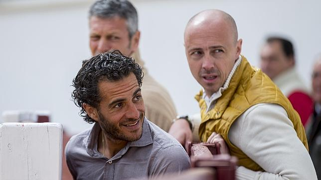 Iván Fandiño, junto a su apoderado, Néstor García; detrás, Pedro Lara