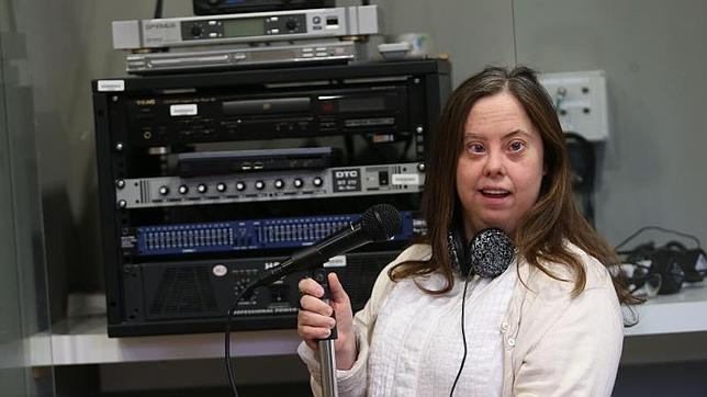 Doce jóvenes con discapacidad intelectual, entre ellos Nuria García, participan en el primer programa radial transmitido por una emisora comercial a nivel nacional