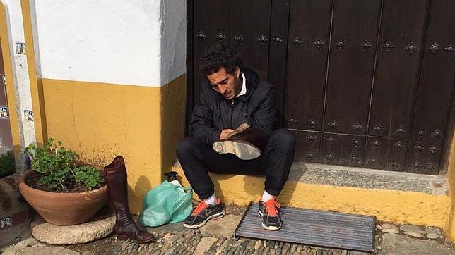 Iván Fandiñ limpia los botos en su refugio espiritual de la finca «Doña Elvira», de la ganadería de Cayetano Muñoz