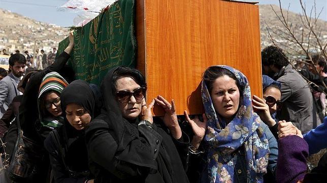 Mujeres afganas llevan a hombros el féretro con los restos de Farjunda, acusada falsamente de quemar un Corán