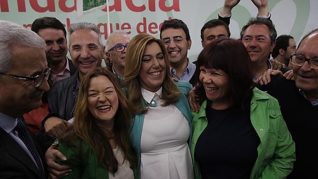 Susana Díaz posa tras conocer los resultados de las elecciones de este domingo