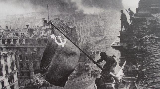 Imagen trucada por los soviéticos en la que un soldado alza la bandera roja sobre el Reichstag
