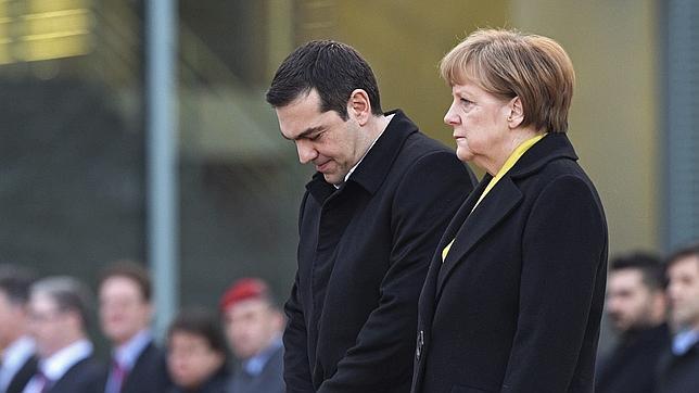 La canciller alemana, Angela Merkel (d) recibe con honores militares al primer ministro griego, Alexis Tsipras (i) en su primera visita a la sede de la Cancillería en Berlín