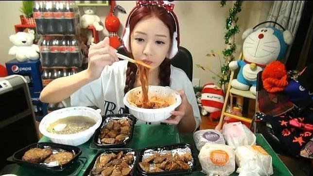 Captura de pantalla de una persona haciendo «Muk-bang»