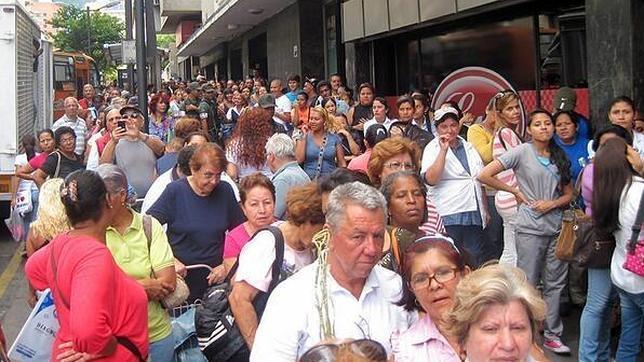 Colas frente a un comercio en Caracas