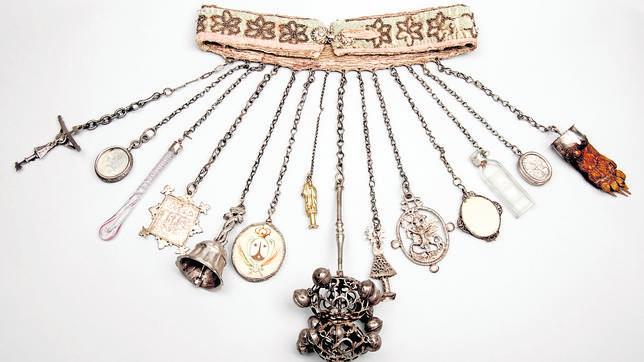 Dijero, cinturón y amulaetos. Procedentes del Museo de Sorolla. Madrid