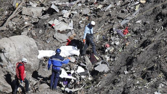 Labores de búsqueda de restos humanos en el lugar del accidente del vuelo Barcelona-Düsseldorf de Germanwings que se estrelló el pasado martes
