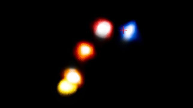 El movimiento de la nube de polvo G2 a medida que se acerca y, posteriormente, se aleja, del agujero negro supermasivo (la cruz) del centro de la Vía Láctea.