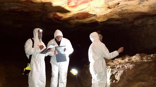 Los científicos toman las constantes medioambientales de la cueva y miden su estado con cada visita