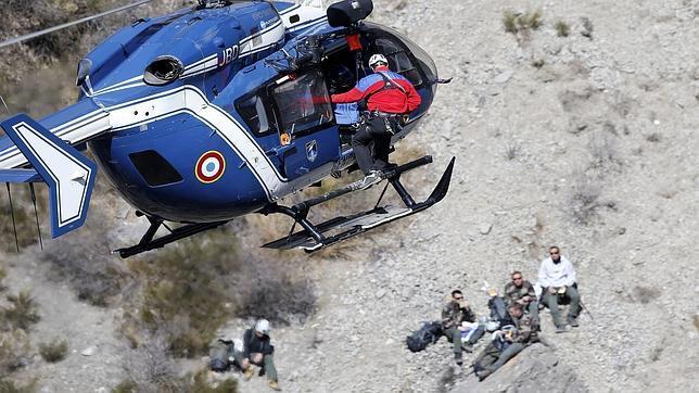 Un helicóptero de la Gendarmería francesa en el lugar del accidente del vuelo de Germanwings
