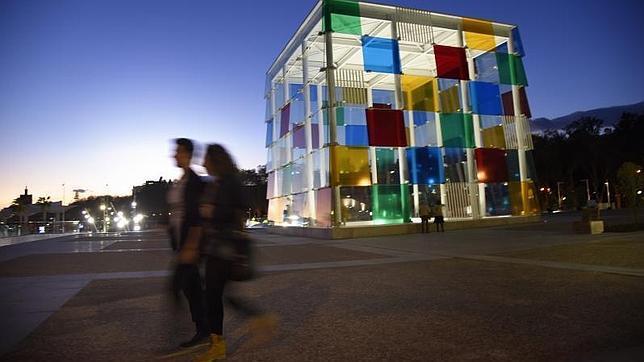 Una turista fotografía el nuevo Centro Pompidou en el muelle 1 del puerto de Málaga