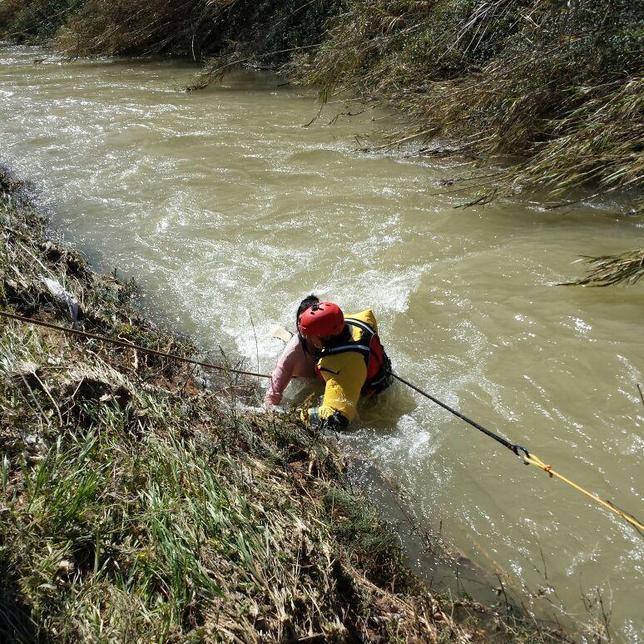 Los bomberos salvan la vida a una mujer que se tiró al Turia para rescatar a su perro