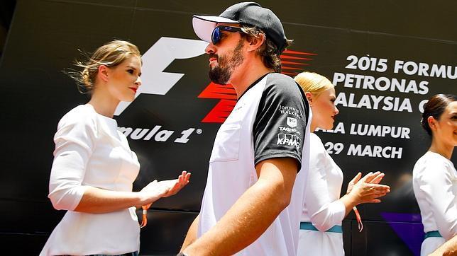 El McLaren deja tirado a Fernando Alonso en la vuelta 22