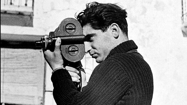 Robert Capa, fotografiado cámara en mano por Gerda Taro en Segovia, en junio de 1937